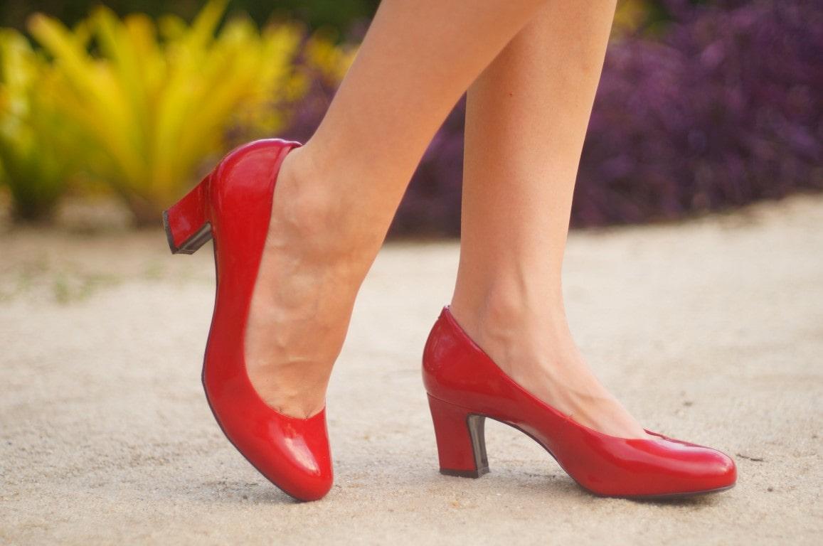 scarpin vermelho Le Chic vestido de renda branco