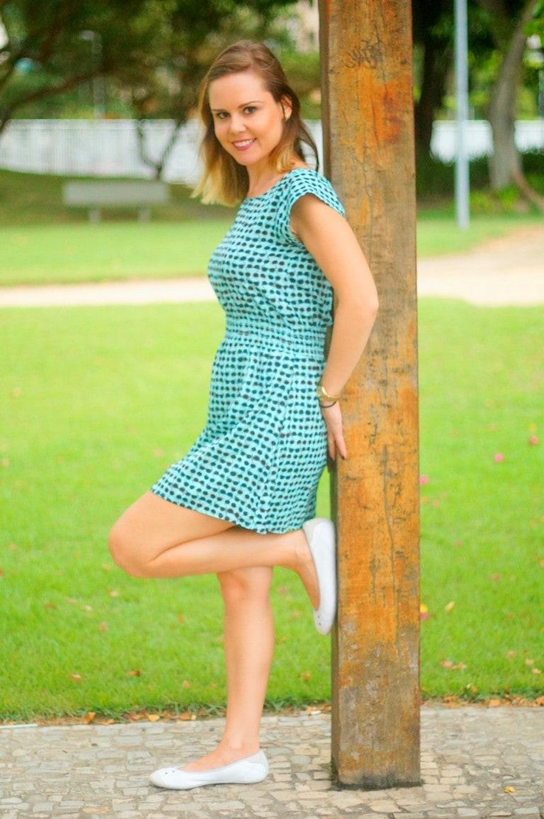 look para passeio no parque vestido C&A mini estampas sapatilha Puma