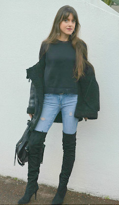 calça jeans com botas over the knee