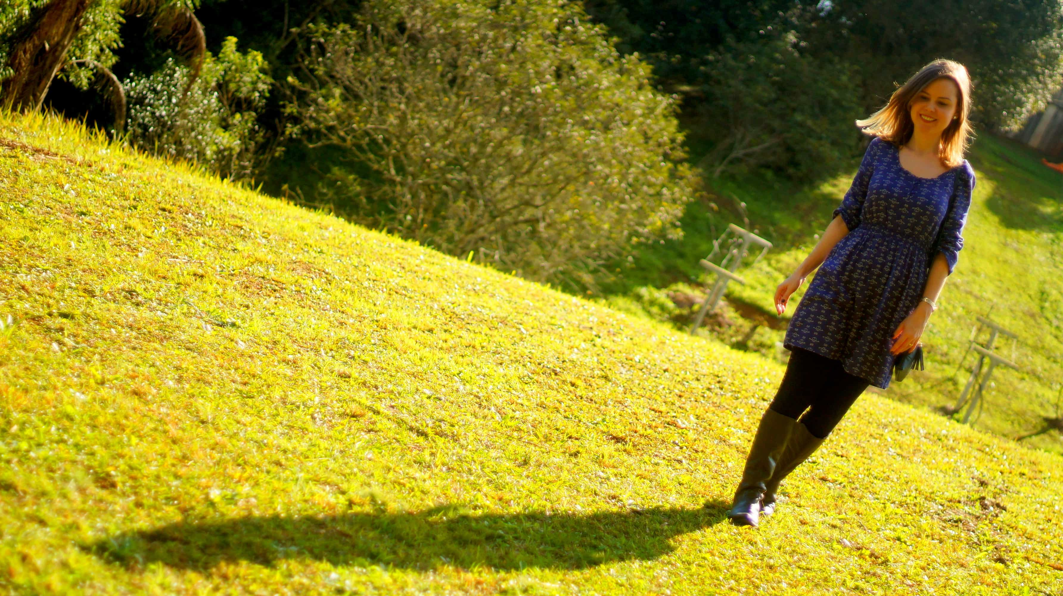sobreposição vestido e calça legging foto com sombra na grama